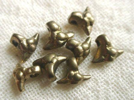 エスニックなブレスレットをひとつ腕に巻いているだけで「自分」っていう存在感が生まれる感じが。インドのオリッサの民族に作られた真鍮製のプリミティブなパーツ http://www.pron.jp/brasscharm.html
