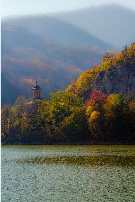 Monastério em Valcea, Romênia O rio Olt, afluente do Danúbio, percorre a região central da Romênia. Sua nascente encontra-se nas montanhas Hășmaș, nos Cárpatos orientais, próximo ao povoado de Bălan. Atravessa os condadados de Harghita, Covasna, Brașov, Sibiu, Vâlcea e Olt. O Condado de Olt e a província histórica de Oltênia derivam seus nomes do rio. As principais cidades localizadas no rio Olt são Sfântu Gheorghe, Râmnicu Vâlcea e Slatina.