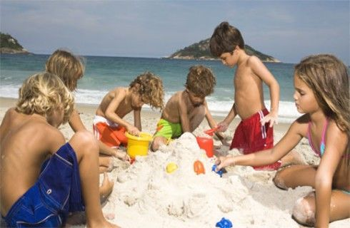 Stop alla noia sotto l'ombrellone: ecco i giochi da fare in spiaggia con i bambini