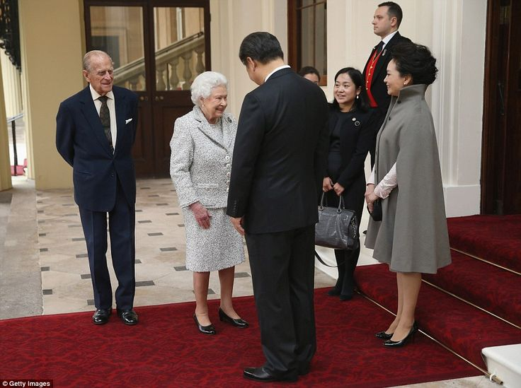 Guests: President Xi and First Lady Peng Liyuan spoke to Her Majesty at the entrance to the palace, where they have been staying