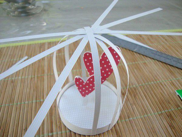 Etape 4 du DIY cages à oiseaux en papier. Une création de Marie-Christine (alias MC Scrap) de l'équipe créative Kesi'art. Découvrez le tuto, explications pas-à-pas et photos sur le blog !