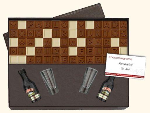 Regalos de Aniversario para Hombres. Caja Premium Baileys. Estuche de madera revestida en cuero ecológico, 70 chocolatitos, 2 Baileys y 2 shots para brindis.