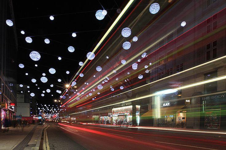 """Здесь собраны только ночные снимки рождественского Лондона. Я - сова, рано засыпать не умею. Вот и гуляла. То по бурлящим людским водоворотам, то по совершенно пустынным набережным Темзы. Геометрия Оксфорд-стрит: Таксист на Регент-стрит: На Трафальгарской площади между фонтаном и """"главной ёлкой…"""