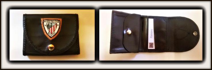 Billetero de ternera engrasada. 3 compartimentos para tarjetas, uno para billetes y monedero. Pintado a mano con pintura especial para cuero