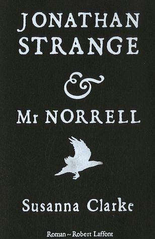Plusieurs magiciens s'affrontent dans ce roman-fleuve entre fantastique et aventure. Mr Norrell, un magicien à l'ancienne a offert ses services pour empêcher l'avance de la flotte de Bonaparte et sa réussite en a fait une célébrité. Au faîte de sa gloire il a fait la connaissance du jeune Jonathan Strange, brillant magicien qui va l'accompagner jusqu'à ce que leur association se transforme en une rivalité catastrophique.
