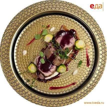 Медальоны из свинины с клюквенным соусом на яблочном карпаччо