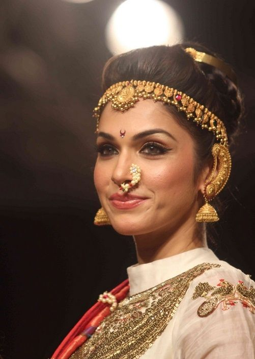 Isha Koppikar as Maharashtrian warrior princess for lakme fashion week-nice saaz used as hair accessory,Nath and full kaan
