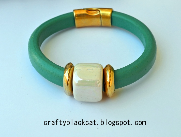 Regaliz leather bracelet in sea turquoise color with white ceramic bead, metallic parts and magnetic clasp.