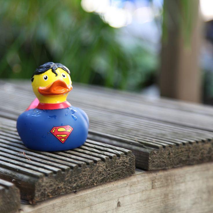 Para un baño fuera de lo común digno de superhéores necesitarás este Pato de Goma de Superman. Tiene el mismo aspecto que un patito de goma clásico pero esta vez vestido de Superman y con todo detalle, porque además de la capa y el traje, lleva hasta el pelo negro con el característico mechón rizado del flequillo que le cae por la frente.