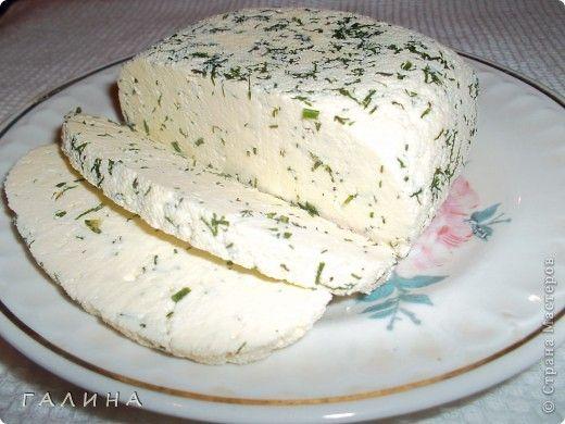 """Дорогие мои подружки,хочу поделиться с вами очень, очень простым рецептом домашнего сыра.Нежнейшей консистенции,ароматный,в меру острый(по желанию).То что нужно для легкого но сытного завтрака...ну или просто перекусить. Быстрый и """"без заморочек"""". Вкус типа сулугуни или нежной брынзы. Можно делать с укропом, кинзой, грецкими орехами, оливками, паприкой.  Ингредиенты: - 1 литр молока - 1 ст.л. крупной соли - 200 мл сметаны - 3 яйца  Приготовление:  В молоко положить соль и все это…"""