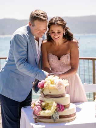 お花がかわいいケーキに入刀!結婚式で真似したいケーキカットアイデア一覧♡ウェディング・ブライダルの参考に!