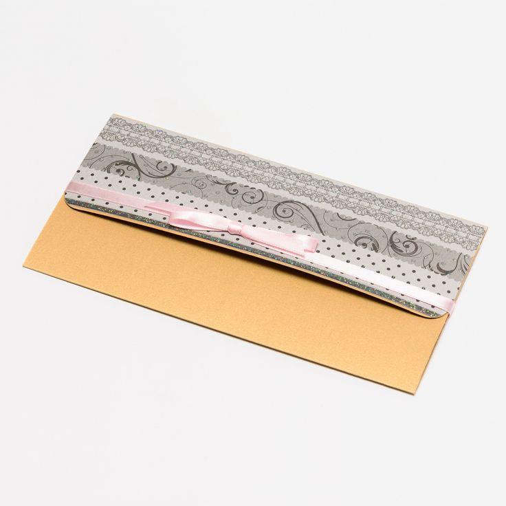 11. Dárkový obal nejen na peníze - 10x19 CHIYOGAMI Chcete svým blízkým darovat peníze, darovací poukaz, vstupenku na koncert....... prostě cokoliv, co lze vložit do obálky a obálka Vám přitom připádá fádní a nezajímavá? Pak doporučujeme využít naše dárkové pouzdro Pouzdro je vyrobeno z tvrdého kartonu s metalickým efektem a následně dozdobeno scrapbookovým papírem. ...