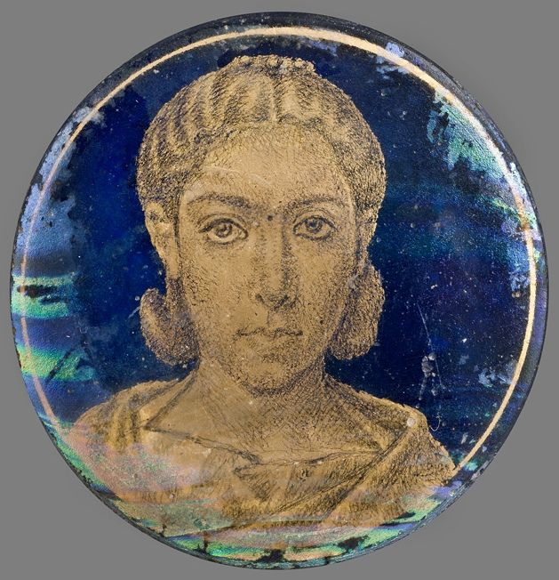 Roman gold glass portrait of a woman, 3rd century A.D. 4.5 cm diameter. Museo…