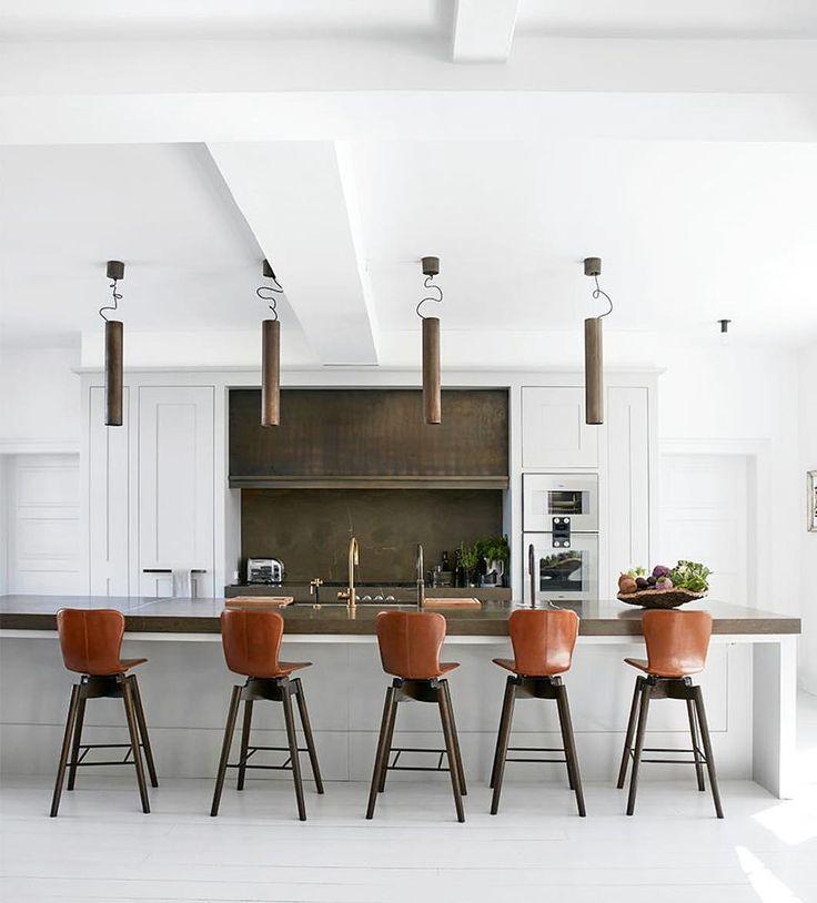 Een kijkje in de keuken van architect Peter Simonsen, die met zijn familie in een liefdevol verbouwde villa uit 1763 woont aan Beach Road ten noorden van Kopenhagen. Tekst: Anja Blinkenberg. Foto: Birgitta Wolfgang.