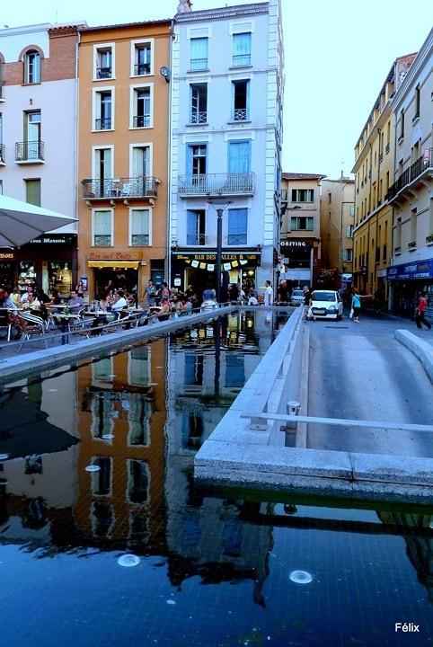 Perpignan, vue de la place de la République, en allant vers la rue de la Fusterie, au fond