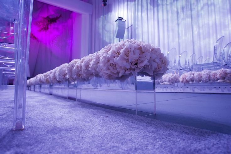 #wedding #tips: decorated the entrance with flowers - Victoria Ghost by Philippe Starck