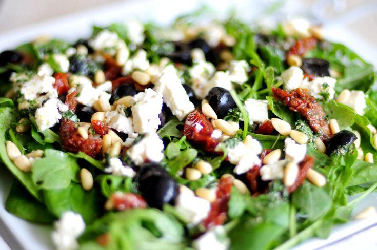We zijn de keuken ingedoken voor een mediterraanse spinazie salade. We hebben heerlijke ingrediënten met een uitgesproken smaak gecombineerd: zongedroogde tomaatjes, zwarte olijven, kappertjes, feta, pijnboompitten, spinazie en knapperige rucola.