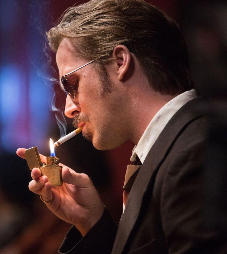 The Nice Guys - l'investigatore privato Holland March (Ryan Gosling) si accende l'ennesima sigaretta © 2016 LUCKY RED