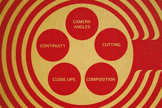 Archief Digital Movie 112-2016 Filmtaal is een taal die in beeld en geluid de kijker iets vertelt. Dit gebeurt met filmopnamen en door het verbinden van diverse filmopnamen. Daar film primair een visueel medium is, is filmtaal vooral een 'visuele taal'. Filmtaal is zichtbaar in mise-en-scènes, camerastandpunten, brandpuntsafstanden, beeldcomposities, camerabewegingen, acties van acteurs, beeldovergangen en...