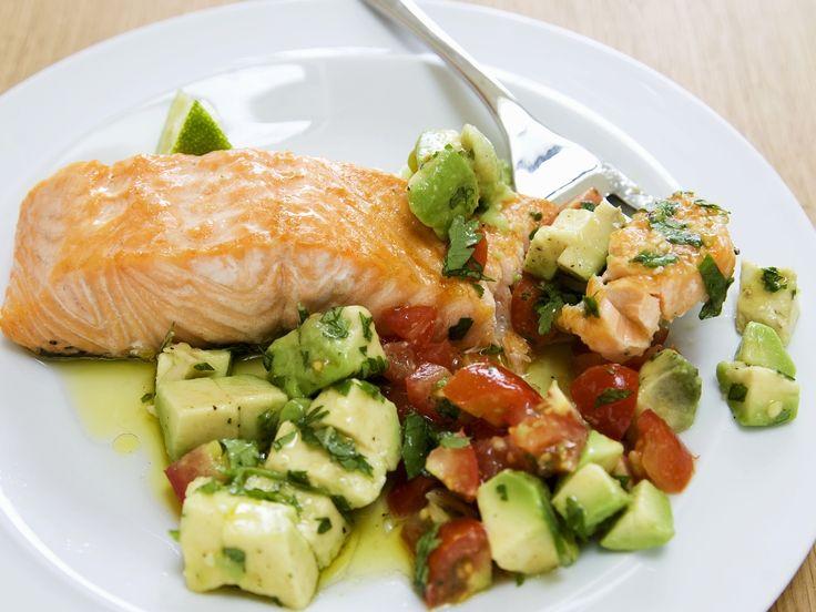 Lachs mit Avocado-Tomaten-Salsa - smarter - Zeit: 20 Min.   eatsmarter.de Auch Lachs passt gut zu Avocado.