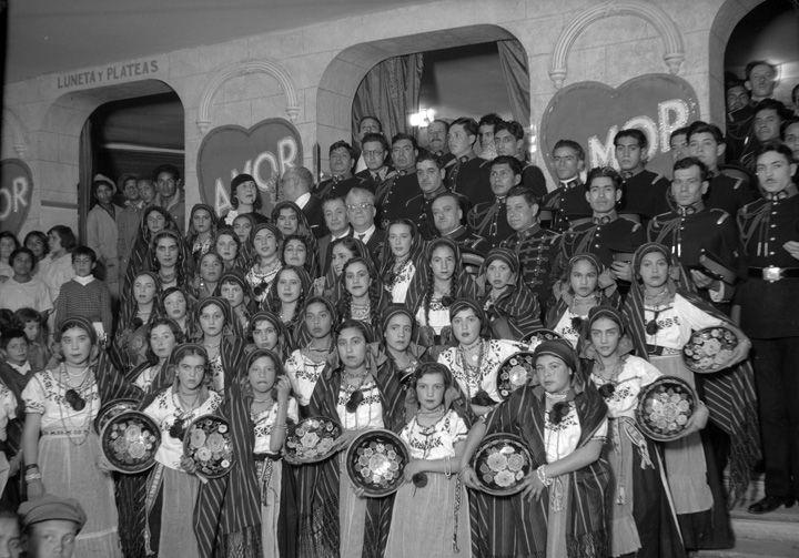 Cadetes y mujeres con trajes folklóricos, retrato de grupo, Fondo: Salud Pública, Lugar asunto: México, Fecha de asunto: ca. 1935, Fecha de toma: ca. 1935, Proceso: Negativo de película de seguridad.