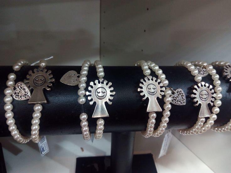 Pulseras de perlas de dos vueltas con medalla de la Virgen del Pilar bañada en plata.