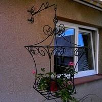 Klec na květiny Závěsná klec na květiny a jiné dekorace. Součástí je i závěsné rameno. Orientační rozměry: v. 80 cm, š. 50 cm Povrchová úprava: Černá (bílá) prášková (vypalovací) barva.