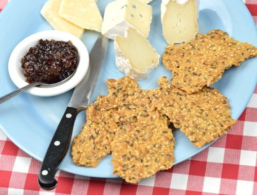 Fröknäckebröd eller fröknäcke. Ett gott knäckebröd med massor av frön som solrosfrön, sesamfrön och linfrön. Knaprigt, gott och nyttigt. Passar utmärkt till ostbrickan, soppa eller tilltugg.
