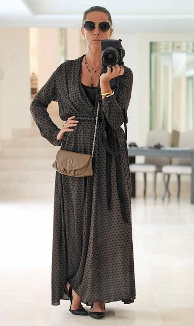 Платье Forti-Forti, Очки - Linda Farrow, туфле - Sigerson Morrison, а любимый браслет-гвоздь - Cartier.