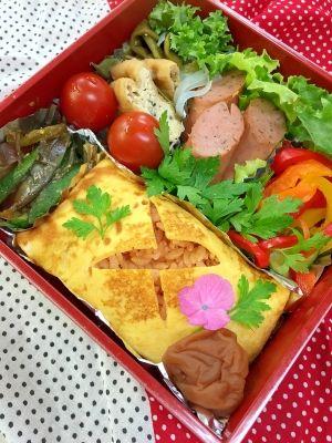 「とっても簡単!混ぜるだけ〜♪包むだけ〜♪オムライス」お弁当にぴったりの、ミニサイズのオムレツです。具材にウィンナーとご飯、調味料を混ぜるだけの簡単ライス!後は、薄焼き卵を焼いて包むだけ!誰でも作れるオムライスです【楽天レシピ】