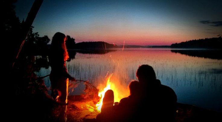 Elokuun yöt vaativat vähän tuleen tuijottelua. Näsijärvi, Finland #campfire #landscape #lake #sunset