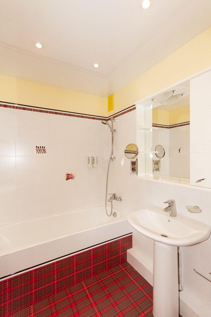 """Красный, белый, жёлтый. Ванная. Плитка из серии """"Бейкер стрит""""."""