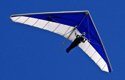 DELTAPLAN - EuZbor.ro sustinut de FlightBooster.com Deltaplanul este un aparat de zbor uşor, fara motor, format dintr-un schelet metalic format din țevi de duraluminiu de diametre diferite...» Află mai multe