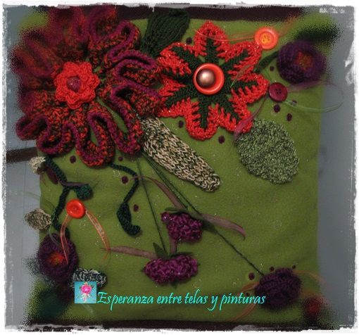Cojín con flores de crochet