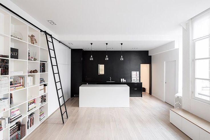 Werd aan de kant van de slaapkamers gekozen voor luchtig wit en glas, dan zorgt het zwart van de keuken meteen voor een andere toon. Daarach...