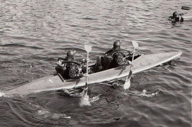 Ett par av svenska flottans attackdykare i kajak under övning. Utbildning av attackdykare vid flottan påbörjades 1955 av Rolf Hamilton (som bland genomgått amerikansk UDT-utbildning som kursetta). Vid kustartilleriet (KJ/A-dyk) kom utbildningen igång ett par år senare, 1956. Några av oss som tidigare tillhört a-dyk inom flottan, kustartilleriet eller amfibiekåren?  Foto: Krigsarkivet