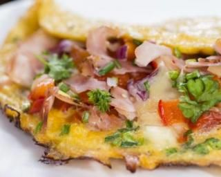 Omelette basquaise allégée au jambon sec et piment d'Espelette : http://www.fourchette-et-bikini.fr/recettes/recettes-minceur/omelette-basquaise-allegee-au-jambon-sec-et-piment-despelette.html
