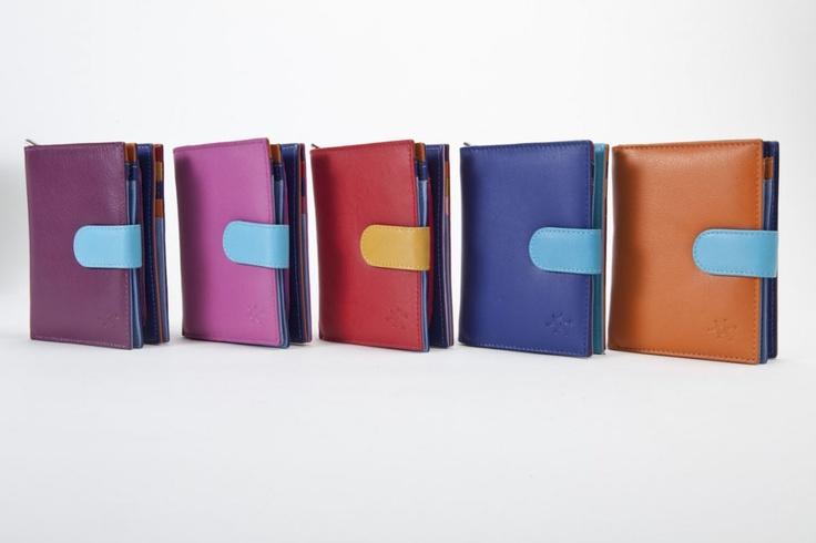 Multicolor Medio - Il prodotto fa parte della nostra collezione di accessori in pelle per donna. E' dotato di tasche per carte di credito, banconote, doppio porta documenti, lampo centrale per monete e chiusura automatica. #portafogli