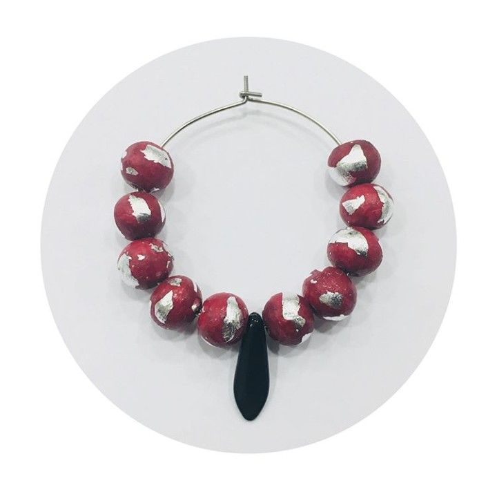 * AROS DESTELLOS PLATEADOS * Fan del rojo putón. Tú llámalo como quieras.  Diseños propios hechos a mano.  Bolitas de madera de pino lacadas de rojo. ⚠ Información sobre alérgenos: Aros de acero inoxidable. . . . . #5 #regalo #regaloperfecto #lainvitadaperfecta #pendientes #hechoamano #handmade #stainlessteel #rojo #evento #aceroinoxidable #bisutería #red #moda #silver #plata #gift #giftsforgirls #girls #earrings #pickoftheday #nochevieja #earringslover #jewellery #jewellerydesign #moda