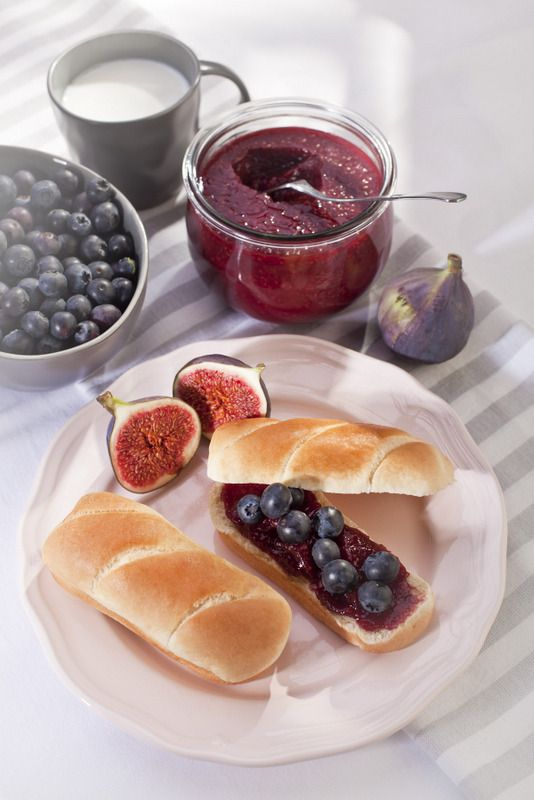 Muffin butter, jam and fresh fruits: blueberries & figs #ilovebreakfast www.weddingpoland.com