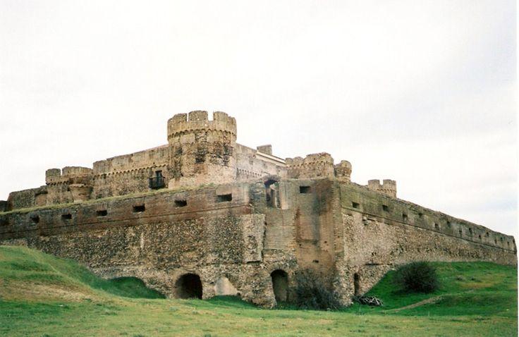 Castillo - Palacio de Castronuevo (Rivilla de Barajas - Avila):  En medio de un extenso campo de cereales se alza este castillo de aspecto militar y austero, que contiene numerosas troneras, sótanos abovedados y foso, perteneciente a la Casa de Alba.   Fue erigido por Gil de Vivero antes de 1481, y posteriormente remodelado por su hijo antes de su venta en 1489 al duque de Alba por 6.200.000 maravedís.