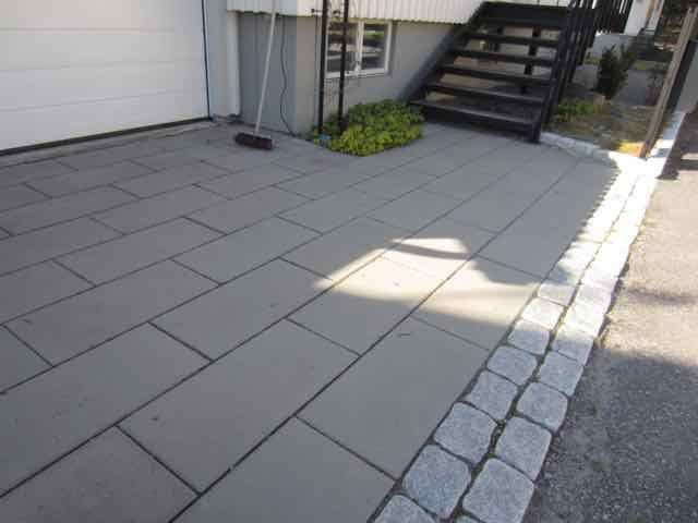 Betongplattor 70x35 cm, storgatsten 2 rader. Kund Enskede, design och anläggning av Form&Funktion