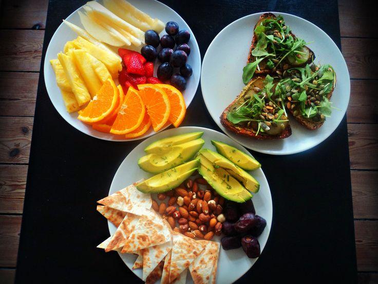 Brunch vegano para dos! Frutas,aguacate,frutos secos,dátiles,tostadas integrales con semillas #verde #vegan