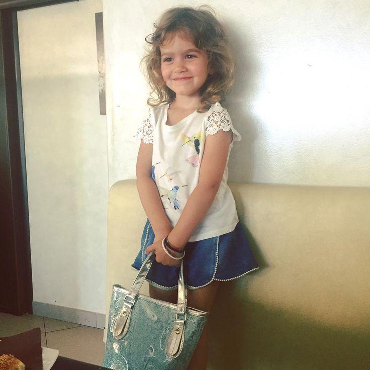 È con la borsa di Frozen e il suo stile inconfondibile che ha conquistato i suoi 3 fidanzati!  #alessandra #cousin #lamiavita http://misstagram.com/ipost/1544213622526478199/?code=BVuJhusAod3
