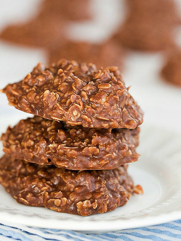 No Bake Oatmeal, Peanut Butter & Chocolate Cookies | Easy Dessert | Kid Approved | browneyedbaker.com