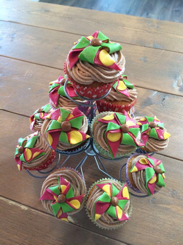Vanille cupcakes met chocolade boter-crème en fondant windmolentjes
