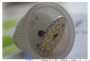 """Žiarovka vyniká telom z keramiky. Keramické telo zabezpečuje lepšie odvádzanie tepla. Pri návrhu tejto žiarovky bol kladený dôraz na špičkový dizajn a extrémne dlhú životnosť pri zachovaní priaznivej ceny. Vo vrchnej časti LED žiarovky je umiestnené 2 mm hrubé """"mliečne"""" difúzne sklo, ktoré zabezpečí dokonalé rozptýlenie svetla bez toho, aby ste videli jednotlivé LED."""