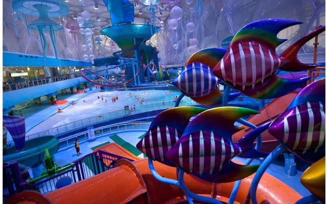 Bolle blu e meduse giganti: è il parco acquatico di Pechino Dal design unico con 3.065 bolle blu che riflettono la luce solare, il Water Cube ha ospitato le gare di nuoto nei Giochi Olimpici di Pechino. Trasformato in centro sportivo, ora è un parco acquatico #design #parco #piscina #cina #bolle