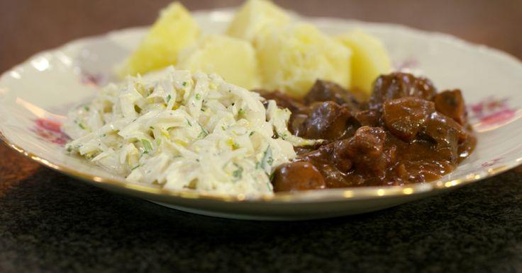 Met het jachtseizoen dat op volle toeren draait, kunnen we al eens wild op het menu zetten. Het geheim van mals stoofvlees is 'tijd'. Laat het gerecht dus rustig stoven, tot het vlees botermals is geworden. Serveer er witloof van bij ons en een smakelijke patat bij. Het winterse leven kan schoon zijn.extra materiaal:• een thee-ei (handig om de kruiden in te doen) – of een koffiefilter• keukentouw• een vijzel• een ovenvaste stoofpot