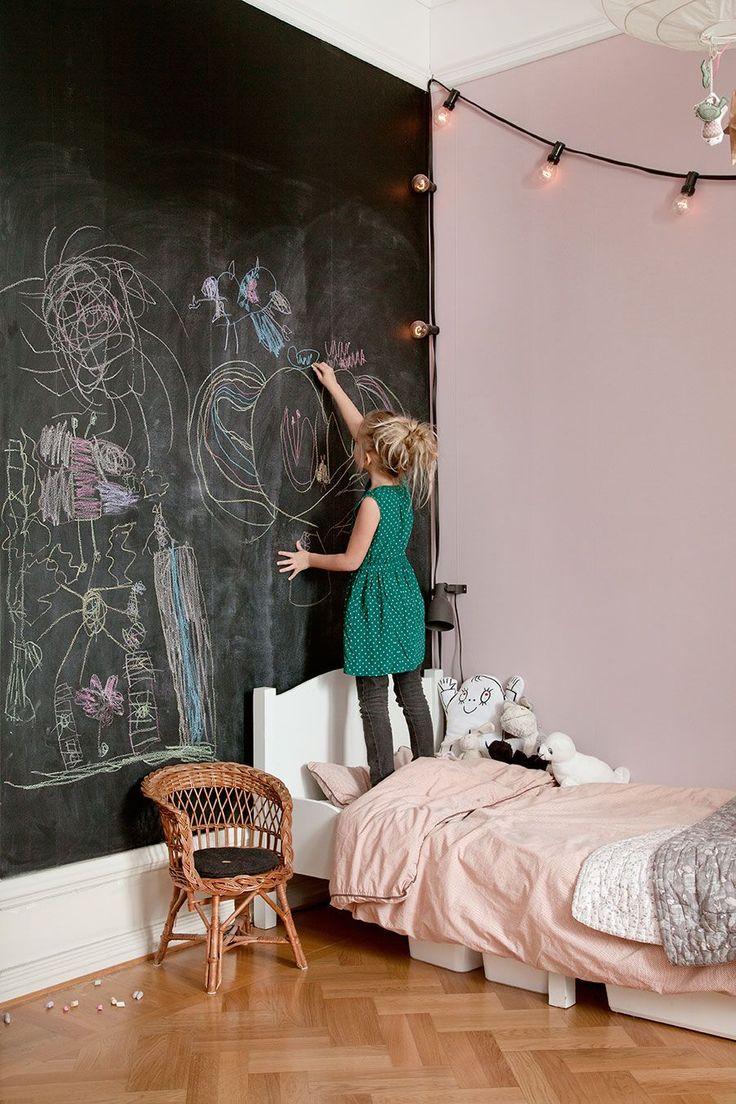 Måla en stor skoltavlan med väggfärgen Supertäck 7+ från Caparol. Går att få i många olika kulörer.
